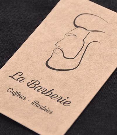 Carte de visite La Barberie. Profil de visage masculin dessiné au trait noir imprimé sur papier kraft